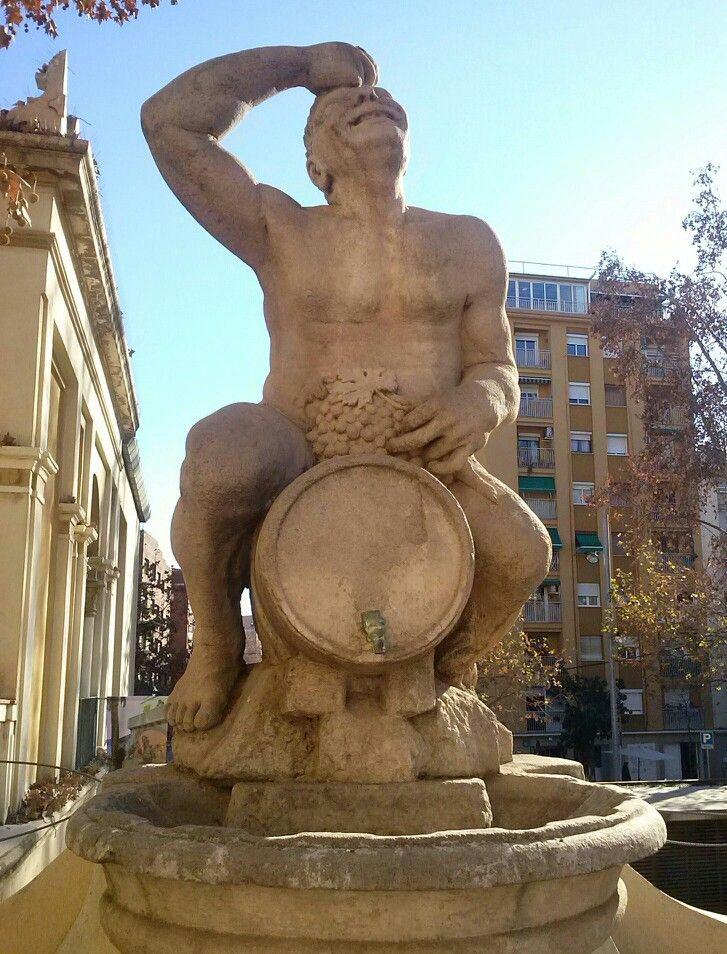 Escultura alegórica sobre el vino en el Palau Falguera de Sant Feliu de Llobregat