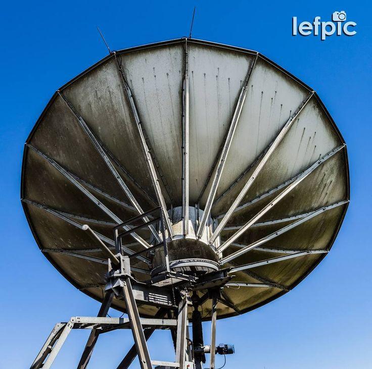 • Comunicações - Antena parabólica receptora de sinal de telefonia, rádio e TV. Seu formado esférico aliado à sua estrutura metálica, auxiliam na transmissão de informações desde o satélite. Foto ideal para projetos tecnológicos, futuristas e/ou relacionados ao ramo da comunicação em geral.  by @leandrof87 Download da imagem no #Shutterstock: https://www.shutterstock.com/pic-506918803 #communication #transmission #sign #telephony #radio #TV #technology #sky #bluesky #nature #beauty