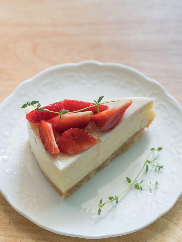 Cheesecake alle fragole ricetta senza cottura e senza gelatina e colla di pesce. Semplice e veloce, prepara questa cheesecake alle fragole senza cottura.