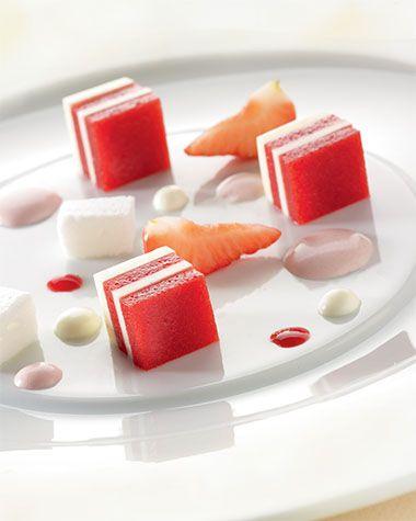 Bereiden: Maak de mousse: Roer de yoghurt en de mascarpone samen met de bloemsuiker glad met een klopper. Je kunt de ingrediënten ook met een handmixer glad roeren. Verwarm 1/4 van de aardbeienpuree. Los hier het uitgeknepen gelatine blaadje in op.