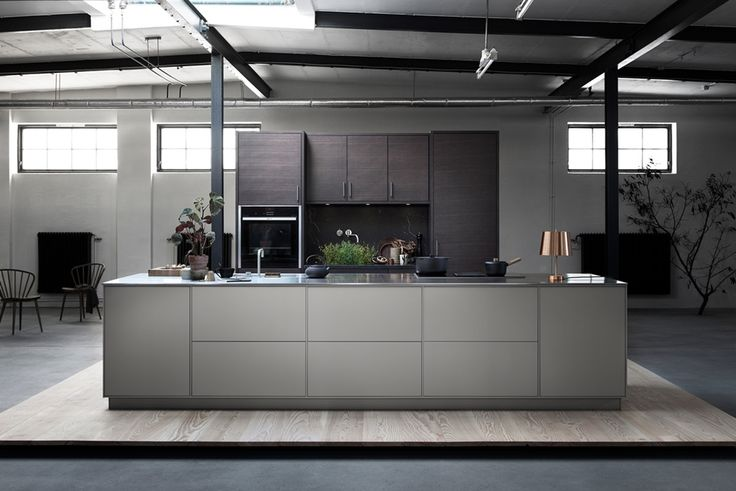 I dette kjøkkenet er det kjøkkenøya som er i fokus. Vi har blandet kontrasterende materialer og farger – varmt grå, børstet rustfritt stål og myke, beisede treflater. Likevel føles kjøkkenet enhetlig, ettersom System 10 former konturer i og rundt kjøkkenøya. Den geometriske linjen som går igjen, gjør at kjøkkenet balanseres mellom spenning og eleganse. Kjøkkeninspirasjon - Varmgrå kjøkkenø - System 10 Bistro
