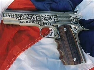 Colt calibre .45, rameada con cachas de madera;