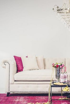 Vit Buffeln sammetssoffa. Chesterfield, soffa, sammet, krämvit, beige, nitar, mässing, antik, vardagsrum, möbler, inredning, vintage, matta, kristallkrona, marmorbord, soffbord, bord, marmor, rosa. http://sweef.se/sweef-lyx/457-buffeln-soffa-chesterfield.html