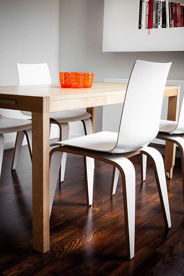 Białe krzesło PIGI marki SITAG - drewniane nogi + tworzywowe oparcie