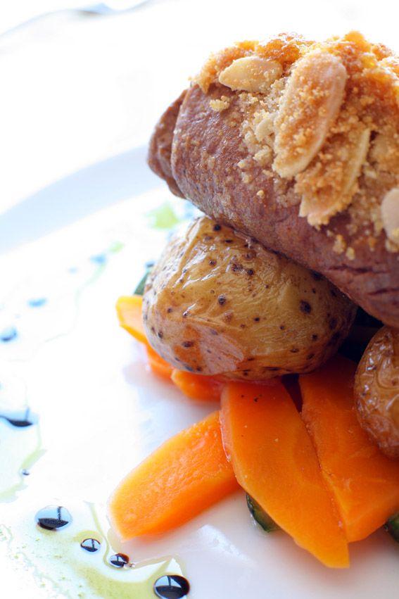 lombinho de porco preto com crosta de queijo da ilha, sua batata nova a murro e seus legumes a vapor.