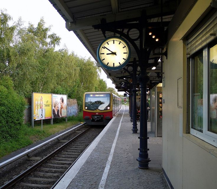 Wirkt beschaulich wie eine Vorortstation - liegt aber mitten in der Stadt: der Berliner S-Bahnhof  Yorkstraße  mit einem Zug Richtung  Bernau , im Norden der Hauptstadt. 25.5.2014
