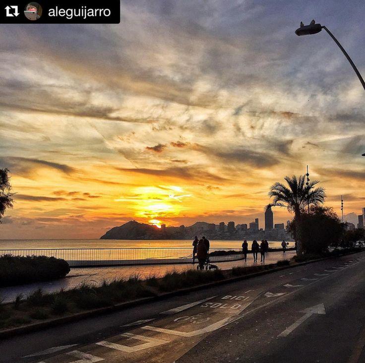 Algo tienen las puestas de sol en Benidorm que nos hace pensar en momentos románticos... Gracias a @Aleguijarro por esta maravillosa fotografía. #FelizTarde #Benilovers