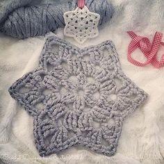Min stjärnruta blir väldigt glittrig o läcker i Ribbon XL Lurex med virknål 10! ⭐️ Byt bara alla st till dst o gör en x-tra lm på spetsarna. Perfekt som mellanlägg vid jul- eller nyårsdukningen! Eller virka 7 stycken o gör en julgransmatta! #virka #virkat #crochet #diy #stjärna #mormorsruta #advent #jul #nyår #christmas #bautawitch #ribbonxl #hoookedzpagetti #garn