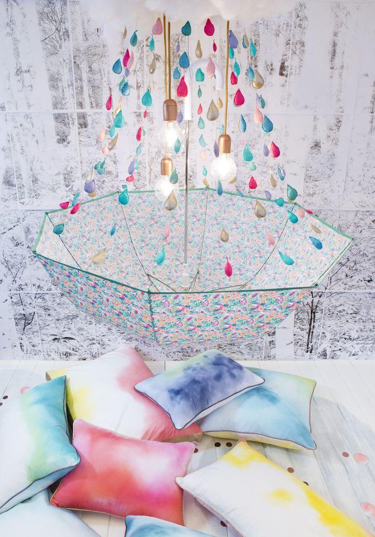 Une touche de pluie, stylisme déco et création d'objets poétiques, un lustre parapluie et des coussins tie and dye par Les Trafiquantes