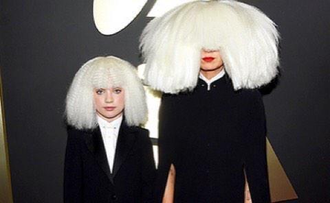 Quisiéramos saber como es la cara de @Sia, si alguien sabe por favor digamos, gracias! #GRAMMMYs #REDcovers