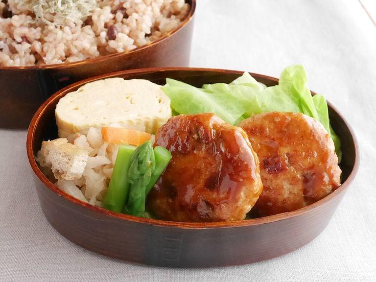 小豆玄米御飯260g(とろろ昆布)、鶏つくね鍋照、アスパラ地漬、切干大根煮、出汁巻き、塩茹春キャベツポン酢別添え