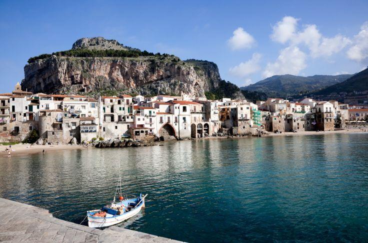 Sympaattinen Cefalu on Sisilian helmi - aito ja alkuperäinen kylä täynnä tunnelmaa. Täällä voit kuulla Sisilian sydämenlyönnit sisilialaisten herkkujen äärellä.  #Cefalu #matkablogi #Sisilia #matkailu