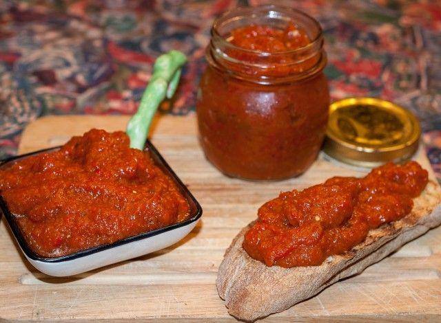 Questo deliziosa ricetta tradizionale a base di peperoni rossi e melanzane, prima arrostiti e poi cotti con aromi fino a farli diventare una crema, è presente in molti paesi dell'area balcanica con nomi differenti: Ajvar in Serbia e Croazia, Kiopoolu o Ljutenica in Bulgaria, Pinđur in Bosnia e Macedonia, Zacusca in Romania. In alcune varianti troviamo tra gli ingredienti anche cipolla e pomodoro. L'olio comunemente usato è quello di girasole, da me qui sostituito con l'olio d&#39...