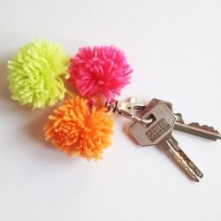With this keychain when you feel the yarn pompom inside your bag you'll know were your keys are right away! In ENG and SPA