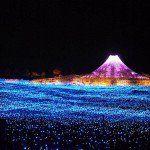 Luces de todos colores bañan y acarician los campos más hermosos de Japón…Dentro de las curiosidades de Japón y entre los mejores espectáculos de luz del mundo se encuentra el Festival de luces de invierno de Nabana no Sato, en Kuwana, Isla de Nagashima, Japón. Este jardín botánico es una de los destinos turísticos más …