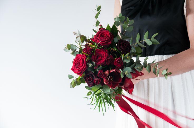 Czerwony Bukiet Ślubny   #slub #ślub #bukiet #bukiety #zielonenabialym #wiazankislubne #bukietyslubne #slubneinspiracje #slubjeleniagora #slubmyslakowice #slubwplenerze #kwiaty