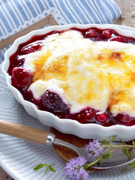 Rote Grütze unter Joghurt mit Zuckerkruste