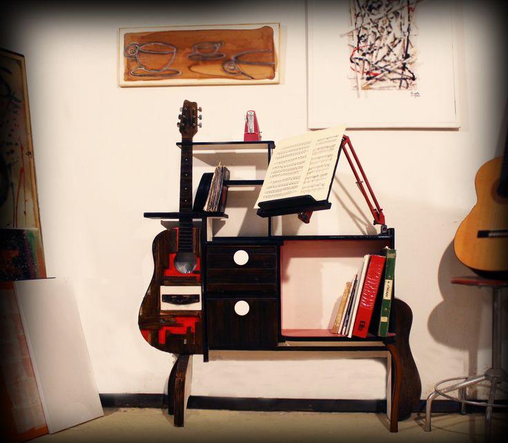 Il Mobilaccio offre un mobile concepito per i chitarristi, per chi studia e per chi dà lezioni di chitarra. Un oggetto unico nel suo genere, adatto in qualsiasi ambiente dove si fa musica. gli scomparti permettono di appoggiare, e conservare, plettri, spartiti, metronomo etc... il braccio mobile ricavato da una lampada da tavoloal quale è stato applicato un leggio permette di guardare gli spartiti senza l'ingombro di un leggio classico con tripode a terra.