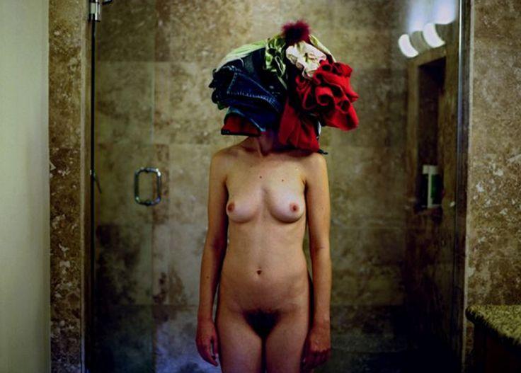 """La fotógrafa norteamericana Lee Materazzi manipula visualmente sucesos cotidianos para crear hilarantes situaciones inspiradas en cosas ordinarias. Materazzi investiga sobre el concepto de """"encontrarse"""" en casa y pretende descubrir que los límites de una persona y los objetos de su hogar pueden llegar a confundirse. La artista dice que sus interacciones y luchas con dichos objetos son un intento de escapar de la conformidad. Explica, """"me siento atraída por las asociaciones caóticas y…"""