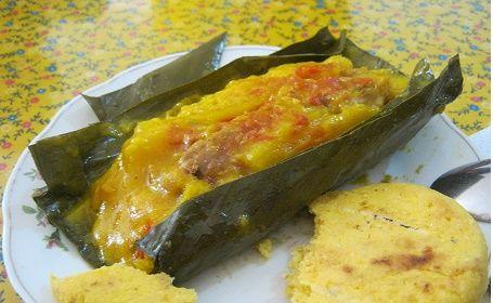 5 Comidas Colombianas que deberías probar. Tamal, Chorizo con Arepa, Changua Boyacense, Arepa con Queso y Bandeja paisa.