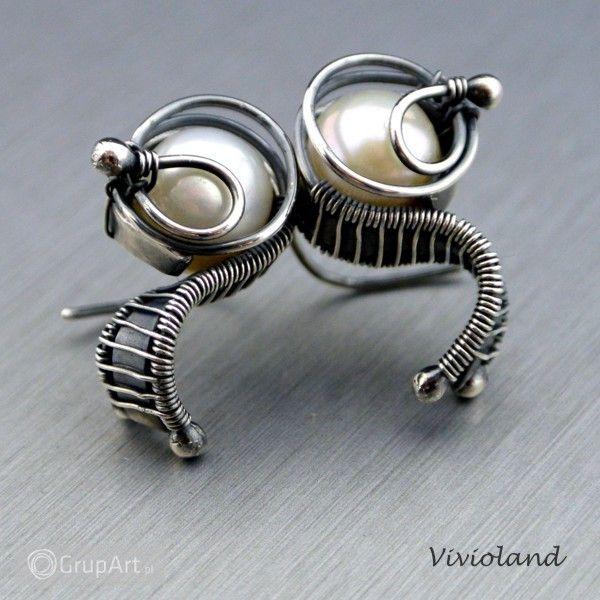 Eleganckie i surowe - kolczyki srebrne z perłą. Wykonane techniką wire-wrapping, oksydowane i polerowane. Wymiary: długość - 2 cm, szerokość - 1,3 cm. #kolczyki #bizuteria #perly #srebro #grupart Kolczyki dostępne także w Przymierzalni: http://www.grupart.pl/przymierzalnia/118/4474