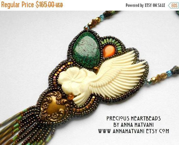 KOOP 15% KORTING op Bead Embroidery ketting Teal blauw goud - kraal geborduurde Turquoise bot Hummingbird gesneden