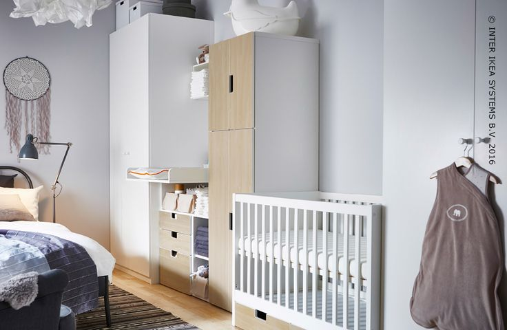 """Votre chambre à coucher va bientôt ressembler à une nurserie ? Créez plus d'espace dans votre chambre avec les armoires STUVA. Découvrez nos idées. #IKEABE #idéeIKEA  Is your bedroom about to become a nursery? Create more space in the rest of the room with our STUVA  wardrobes and go for a one wall layout. That way your baby's crib and clothes all have their very own space. Discover our ideas for an """"all on one wall"""" nursery bedroom. #IKEABE #IKEAidea"""