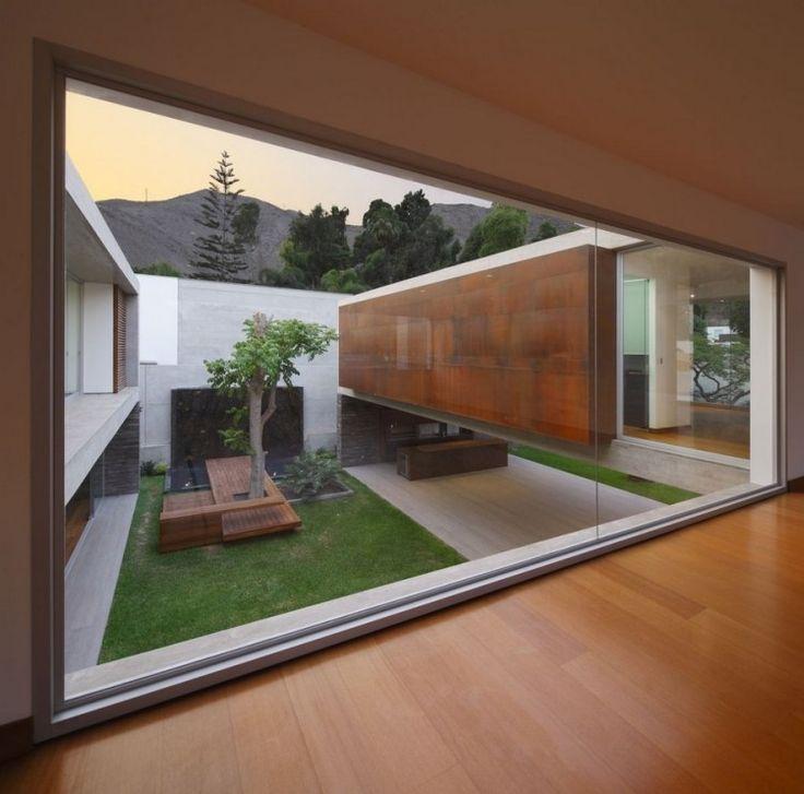 Innenhöfe und -gärten sind von moderner Architek…