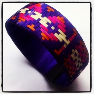 Mariamulata Accesories Colombian Handcfrat for sale in Europe Multicolor bracelet made of Caña Flecha The use of caña flecha, a plant that also protects the edges of marshes, originated as a method for Indians and peasants to protect themselves from the sun and high temperatures. The locals then processed the green leaves of the plant to extract the fibers with which they undertook the task of weaving. Info: alexacoolhunt@gmail.com