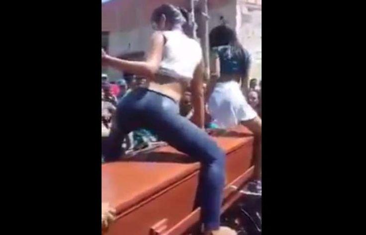 Mexicanas dançando em cima do caixão no velório do amigo. O mundo pode piorar? Acho que sim. Veja o vídeo completo no Link ~> [https://goo.gl/7rRhAB]