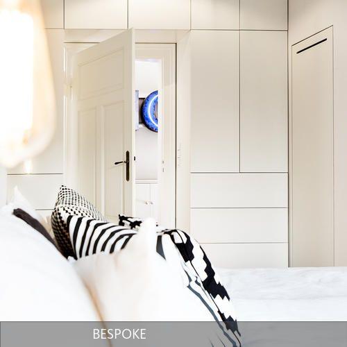 Der Einbauschrank umfasst die Türe ins Schlafzimmer.
