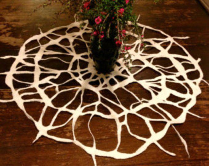 Mesa de fieltro, arte textil, centro de mesa blanca, mesa de arte, Claudia Hoffberg fieltro tapete diseño, pieza central de la fiesta