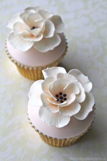 Peach & Ivory  Flower Cupcakes - @Monique Matheus, quando eu casar você tem que fazer esses pra mim! ;D