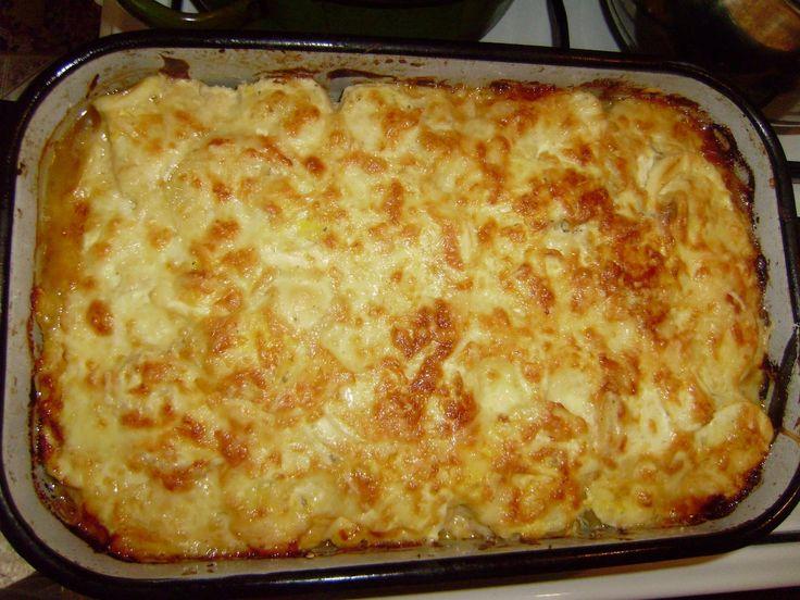 Rengeteg finomság egy nagy tepsiben, hát van gusztább főétel? Már forrón esszük, mert annyira ízletes! Hozzávalók burgonya, tojássárgája, reszelt sajt, tej, liszt, tejföl. Elkészítés Személyenként 25-30 dkg héjában előre főzött burgonyát megtisztítunk, karikára vágunk, és zsírral kikent tűzálló tálba rétegezve lerakjuk. Személyenként 1 tojássárgáját elkeverünk 1/2 kávéskanál liszttel, 1 evőkanál[...]