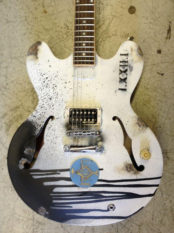 tom delonge handpainted gibson this is cool blinkkkk guitar tom delonge guitar wall. Black Bedroom Furniture Sets. Home Design Ideas