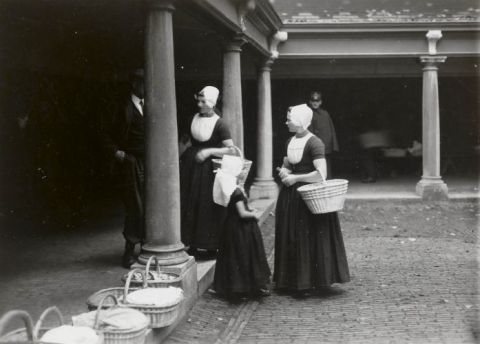 Vrouwen op de botermarkt (Middelburg) 1