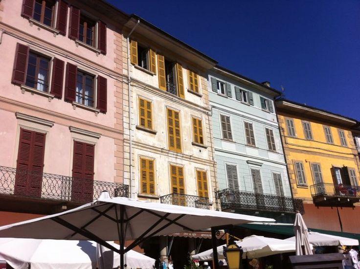 Ingezonden door: Willem Nuruwe  Deze prachtige huizen staan op het Piazza Motta in Orta San Guilio waar wij vorige week op vakantie waren. Het tweede huis van rechts heeft een prachtige blauwgroene mintkleur en zou prachtig staan op onze muren hier thuis in Nederland! Suggestie voor kleurnaam:  Orta