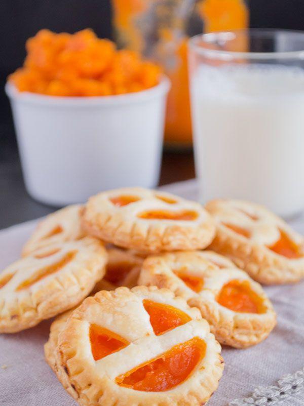 Après avoir découvert les petits feuilletés à la citrouille de la blogueuse espagnole Danzadeforgones, Momes a eu l'idée de vous proposer cette recette d'Halloween version sablée et sucrée ! On garde la jolie forme de citrouille mais on ajoute une confiture d'abricot à l'intérieur. Astucieux et délicieux, ces gâteaux seront parfaits pour un goûter d'Halloween pour enfants réussi !