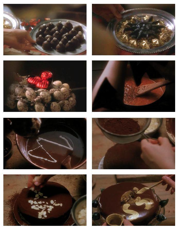 Chocolat (2001) Lasse Hallstrom. Attorno a questo particolare alimento girano tutti gli elementi portanti della trama e della sceneggiatura. Le fasi della preparazione dei cioccolatini sono rappresentate in maniera accattivante e golosa proprio come nelle pubblicità, primissimi piani capaci di sedurre ogni palato: cioccolato fuso mescolato con il cucchiaio, polvere di cacao di colore bruno-rossiccia setacciata sulla torta alle mandorle, formine di cioccolato, e altro ancora…
