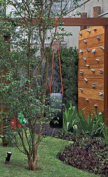 No mesmo jardim, as paisagistas colocaram também um balanço de pneu, pendurado em uma corda, como aqueles usados nas brincadeiras de antigamente. A parede de escalada completa o clima de diversão