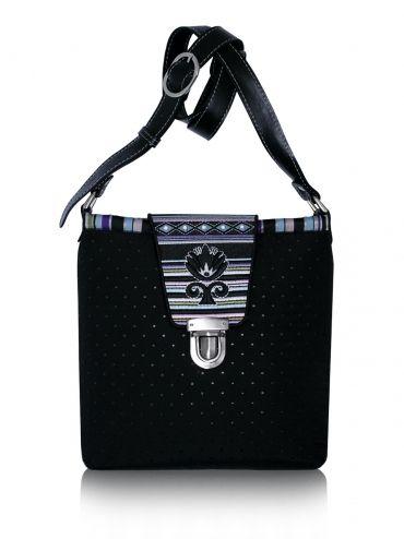 Prošívaná kabelka GODDESS - vyšívaná klapka, nastavitelný kožený popruh 22-263937