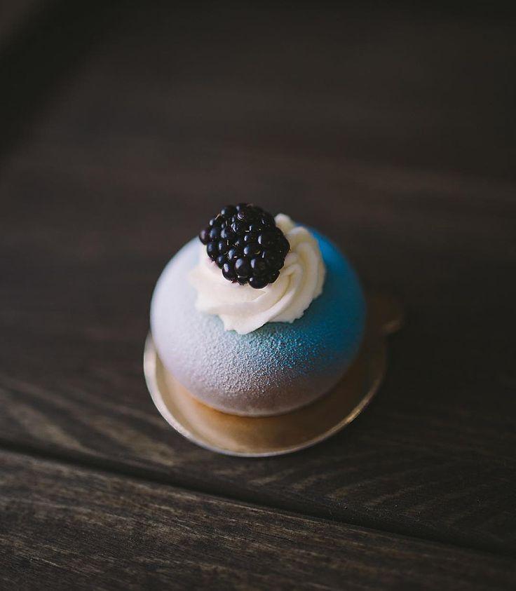"""«Пирожное """"шоколад-малина"""" Внутри: шоколадный мусс, малиновое конфи, шоколадный бисквит без муки Покрыты сочным синим велюром, крем шантильи, свежая…»"""