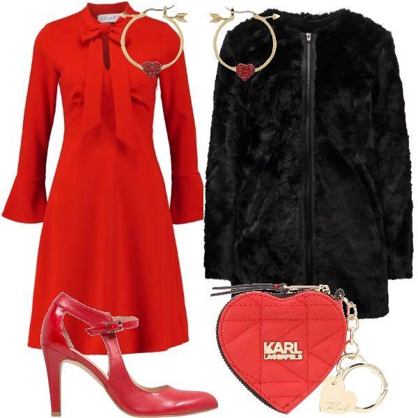 Outfit rosso, per festeggiare il San Valentino: abito al ginocchio, collo con fiocco e maniche svasate, giacca in pelliccia ecologica, décolleté tacco a spillo e cinturino, orecchini con cuore e freccia dell'amore e, per finire, un portafoglio a cuore con un portachiavi, adatto per contenere un regalo.