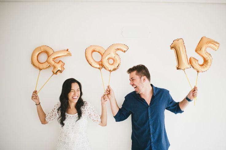 Ideias de fotos para o save the date   Que tal usar balões com os números?   Foto: Vanessa Ferreira
