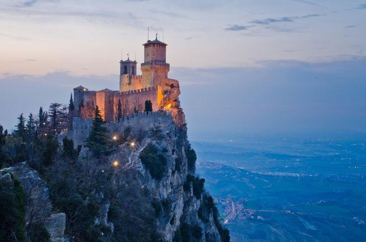 Замок с XI века располагается на вершине неприступной горы Монте-Титано и вместе с двумя другими башнями защищает самое старое государство в мире Сан-Марино.   Источник: https://www.adme.ru/svoboda-puteshestviya/hochu-v-zamok-722460/ © AdMe.ru