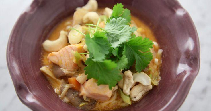Lättlagad nudelsoppa med lax, svamp, röd curry och kokosmjölk. Jättegott!