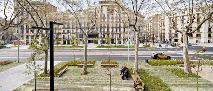 Dentro de la trama isótropa de calles de 20m, Cerdà (1859) planeó unas vías principales de 50m de sección, con calzad...