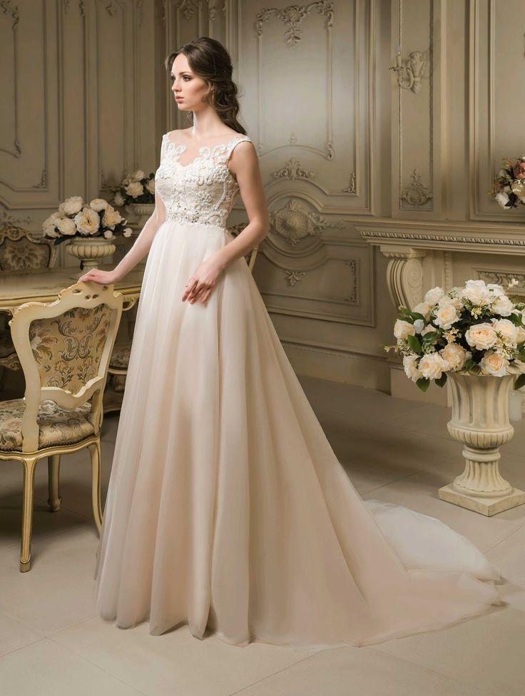 Očarujúce svadobné šaty s čipkovaným živôtikom a jednoduchou sukňou s dlhou vlečkou