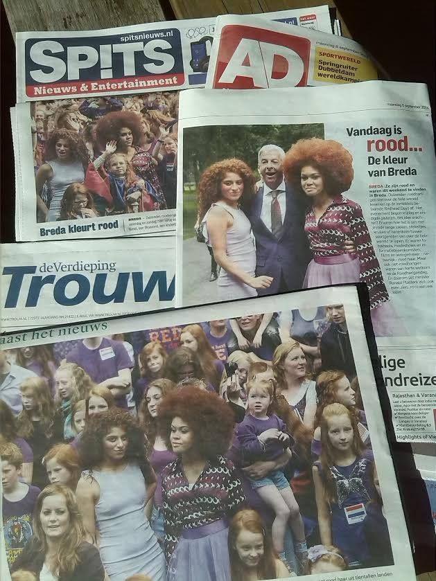 Het dagblad #AD (middelste krant op deze foto van I. Vlamings) plaatst een 'ik stond er naast en maakte dezelfde foto' foto! Tjeeeeezus. Geen budget meer voor de foto van de (pers)fotograaf? #beeldinflatie #journalistiek #fotojournalistiek #fotografie #krant #foto