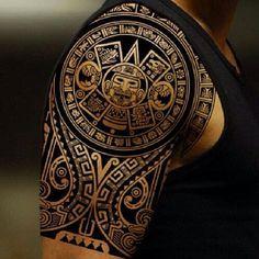 Intrincado diseño de líneas de un tatuaje con influencia azteca.